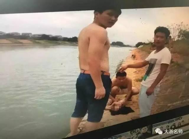 幼儿溺水父亲托举10多分钟:孩子得救 父亲走了