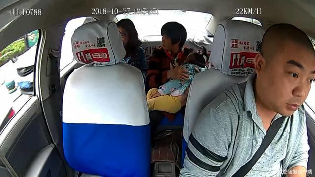 送女童就医连闯两红灯 的哥被免罚
