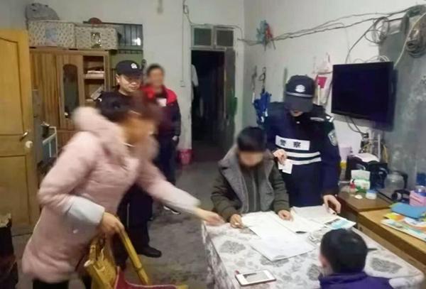 巡检听到房内母子为数学题争吵,女警进屋解题