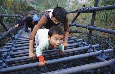 """四川悬崖村""""新天梯""""修好了 孩子们平安回家"""