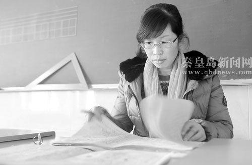 秦皇岛教师因患腰病跪着上课感动网友