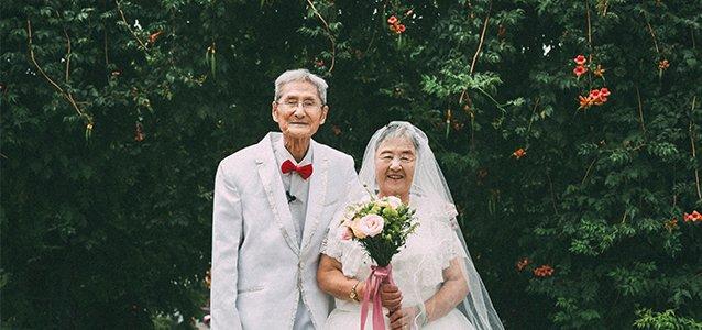 67年后,他终于给她穿上了婚纱