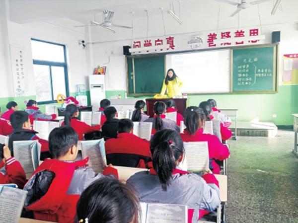 教师摔伤尾椎仍趴折叠床上辅导学生:怕耽误孩子课程