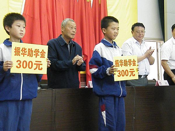 八旬老教师助学64年捐115万:扎根大山43年