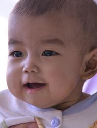 义诊中来了一位需要肝移植的孩子,韩红将她带回北京治疗,手术很成功。