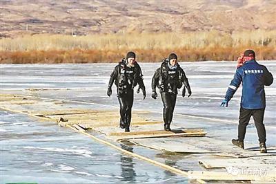 潜入冰湖的视频火了 被冻消防员:妈妈看哭了