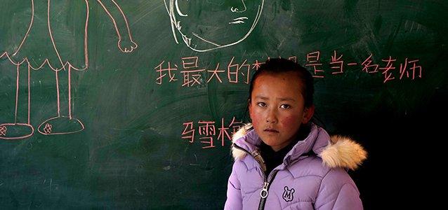 """12岁的她给弟弟当""""妈妈"""",午餐方便面先让弟弟吃width=""""638"""""""