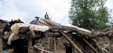 此次甘肃地震受灾多为国家级扶贫县,农民的房子以土坯房为主,灾情令贫困加剧。