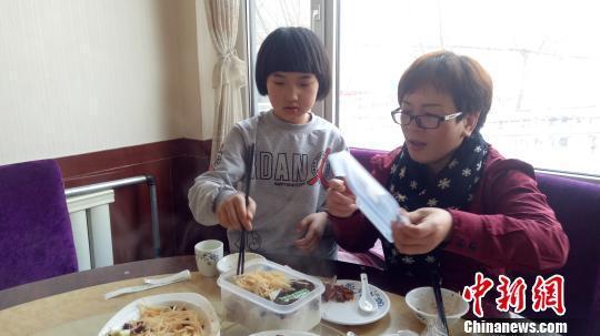 青海8岁女孩辍学照顾重病父亲 一天收到近2万元捐款