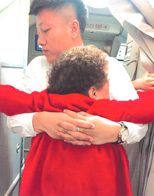 八旬老太曼谷机场骨折 国内外好心人一路护送