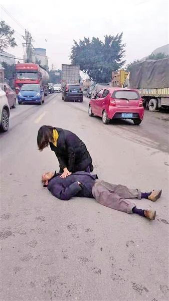 老人倒地昏迷无人敢扶起 怀孕女医生跪地抢救