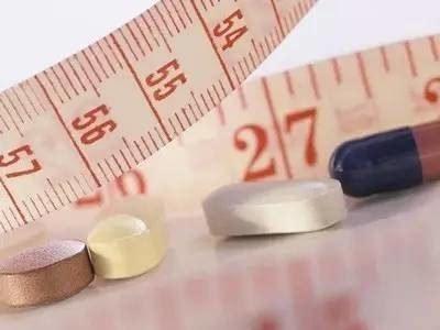 黑作坊用荷叶粉制减肥药 一盒220元每粒成本3毛钱