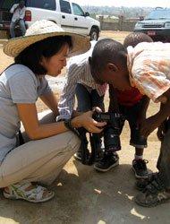 孩子们看相机里自己的身影。