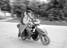 """77岁老人""""绑妻求医"""" 为省22元车费7年走6万公里"""
