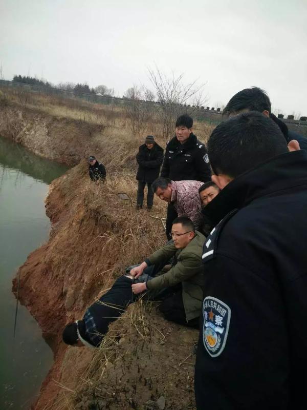 """江苏警民""""猴子捞月""""方法救出跳水轻生女子"""