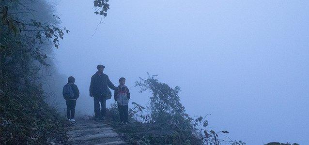 """我送留守孩子去悬崖下上学,2小时险路全靠他的一双""""张嘴""""鞋""""width=""""638"""""""