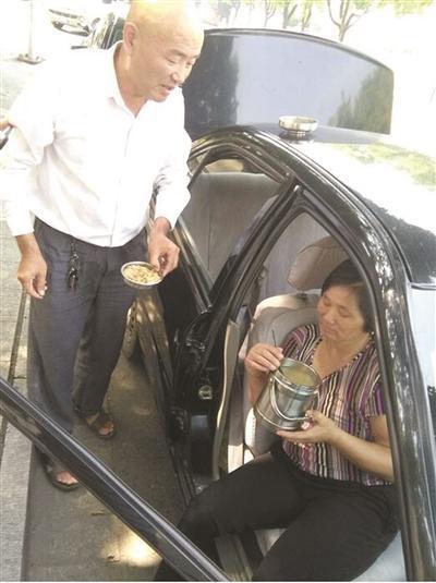 司机带着病妻开出租:还完债我们回家白头偕老