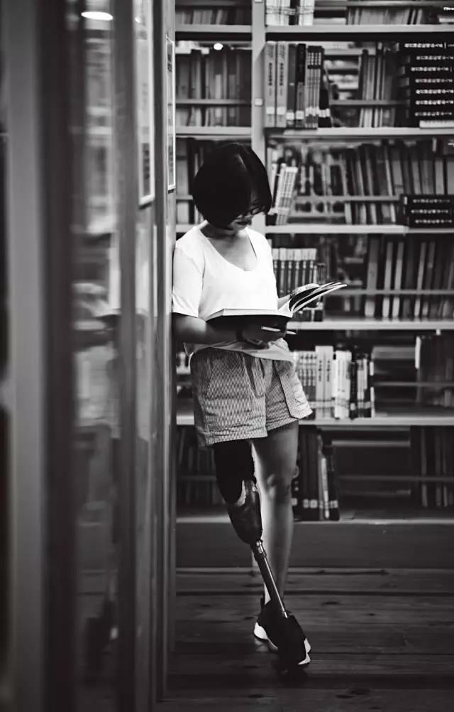 穿短裙,露假肢,我的身体很美