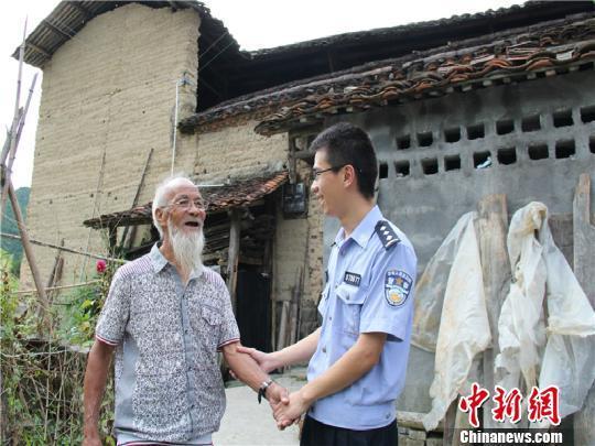 """浙江民警手绘""""70免跑图"""",上门服务为老人解忧"""