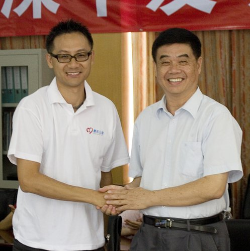 腾讯公司副总裁汤道生先生(左)与深圳中学党委书记刘卓鸣先生亲切握手
