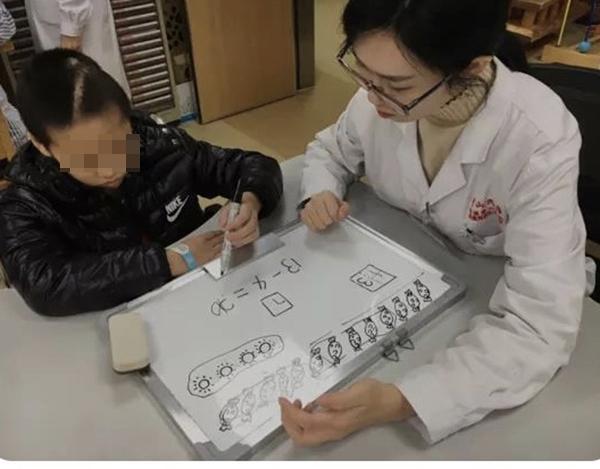 女实习医生用漫画搭建与病人的沟通桥梁