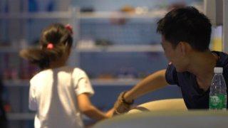 益视频|想看女儿穿婚纱 35岁癌症父亲给7岁女儿画相册作纪念
