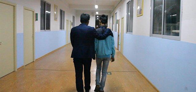 父母逼14岁儿子跳摔碰瓷近20次:我想回老家远离父母