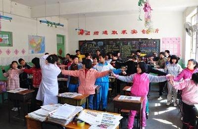 志愿者走进农民工子弟小学开展读书活动