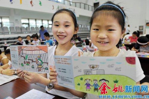 入围决赛的百余名小学生现场用书法,绘画的形式制作明信片,其中评选出图片