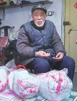 """83岁老人为公交司机送手套11年,称""""千里送鹅毛"""""""