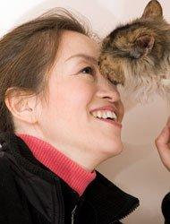 葛芮在幸运土猫基地,与被救助的流浪猫在一起。