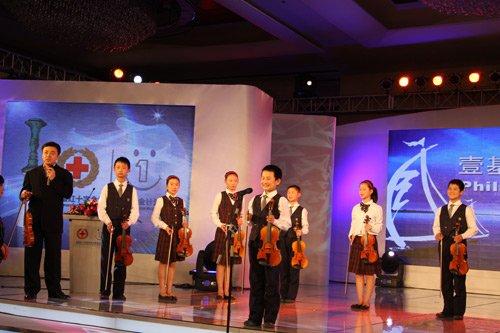 图:著名小提琴家柴亮与孩子们一起表演提琴协奏