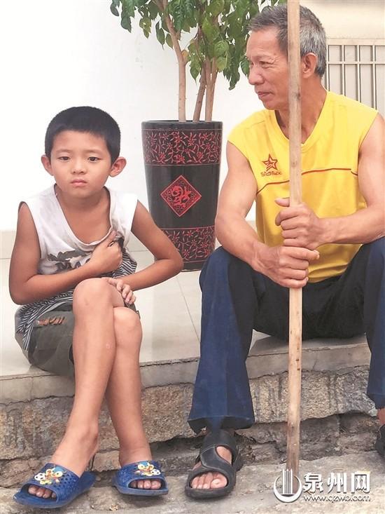 9岁男娃照顾六旬病父 母亲携数万积蓄离家