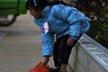 云南贫困儿童穿单衣拖鞋