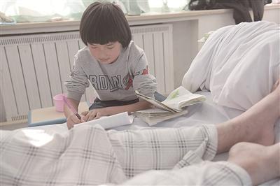 妈妈半年前离家出走 八岁女童辍学照顾重病父亲