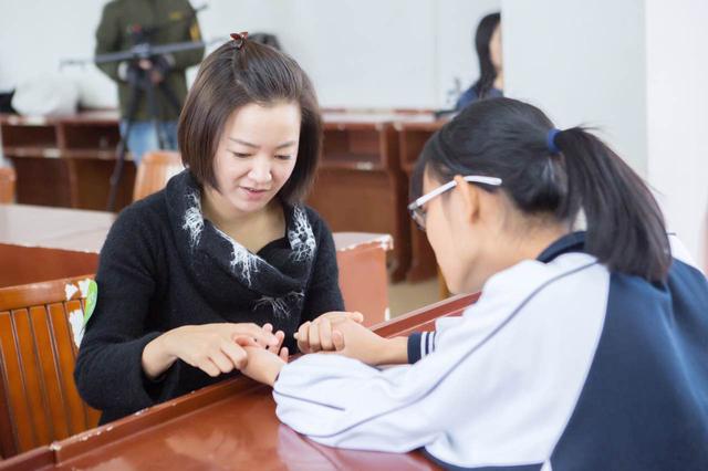 微信信用卡还款携手阿雅 赴云南楚雄还春蕾女童一个梦