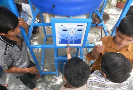 在印度卖干净的水,用ATM机!
