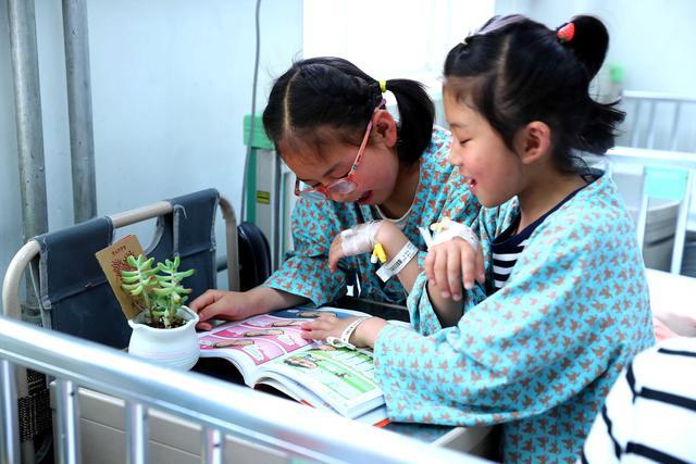 中国儿童少年基金会资助的首批甘肃西和听障、视障儿童来京治疗
