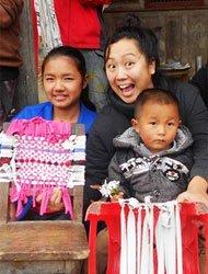 松扎艺术项目志愿教师石林林和孩子们做活动,大家把旧衣裤扯成布条,然后编织成手工毯子。
