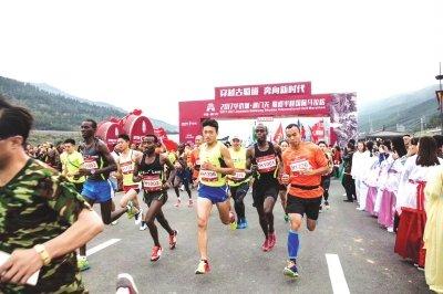 剑门关蜀道半程国际马拉松昨开跑