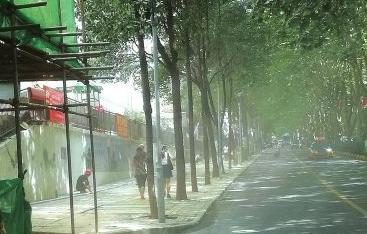 """贵阳一拆迁工地""""大雾""""弥漫 殃及数百户人家"""
