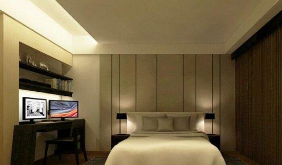 整合床头柜、书桌与床架,以及上方层板及桌灯的功能,让设计是一贯