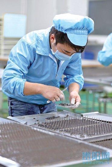 图为位于高新区的贵州雅光电子生产线.