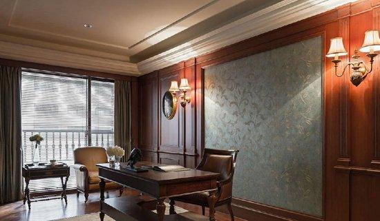 温润感曼延至壁面,结合古典图腾壁纸,注人文书香气息.图片