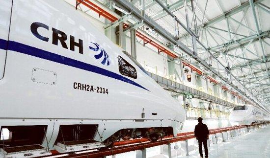 从外形上看,crh2a型动车组和动检车类似