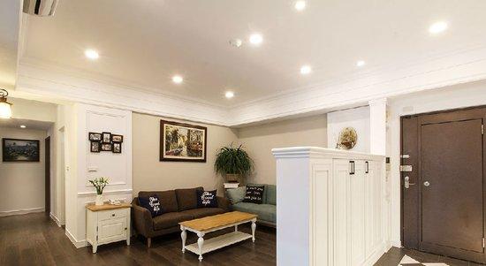 美式风格的白色柜体,除作为玄关区的鞋柜使用外,亦为厅区的电视背墙.图片