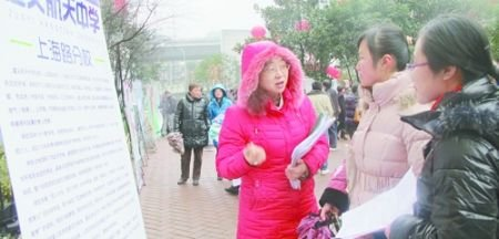 招聘会上,遵义航天中学上海路分校的老师在向毕业生介绍情况.-部图片