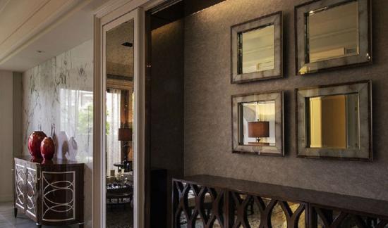 以画框概念设置的端景墙面,搭配多种镜面设计网罗室内景象,营造出景图片