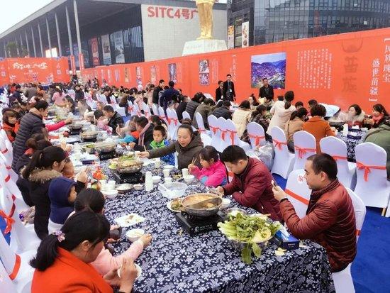 苗岭千人长桌宴:欢乐的背后,是匠心的传承