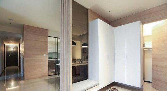 电视墙铺贴进口木纹砖,注入自然休闲氛围;採用横向拼贴方式,以